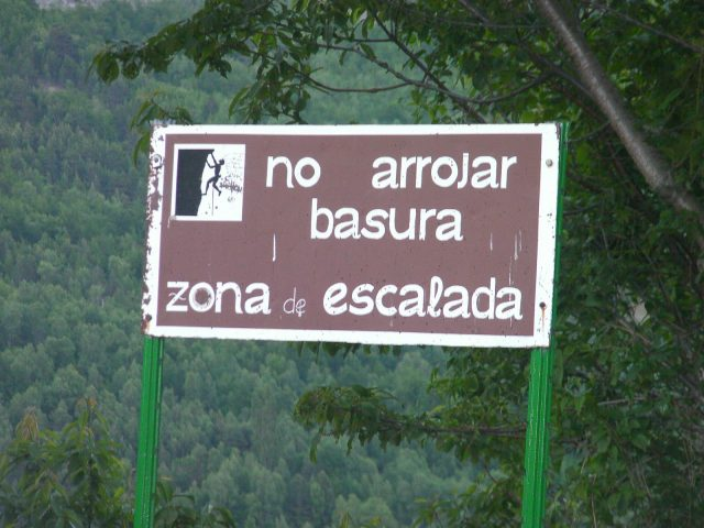 cartel no arrojar basura zona escalada