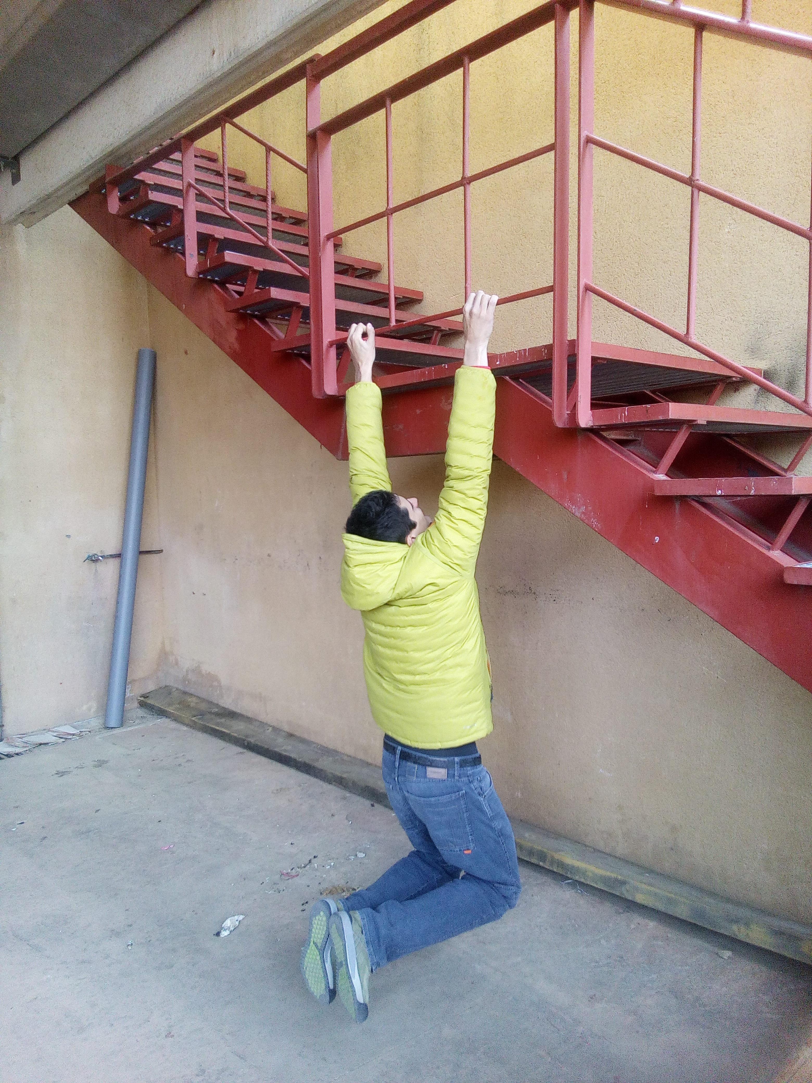 Escalador calentando en una escalera