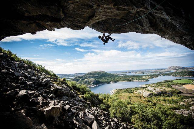 Adam Ondra escalando en Flatanger