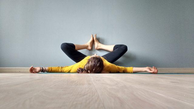 Ari Pallé Yoga Baddha Konasana contra la pared