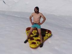 Ethan Pringle surfea iceberg