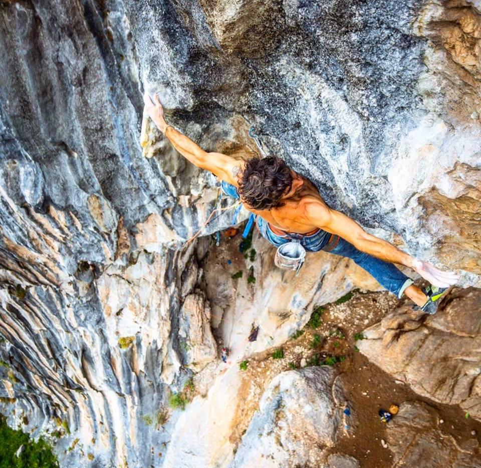 Dani Andrada escalando 'Sueños Locos' 9a La Hermida