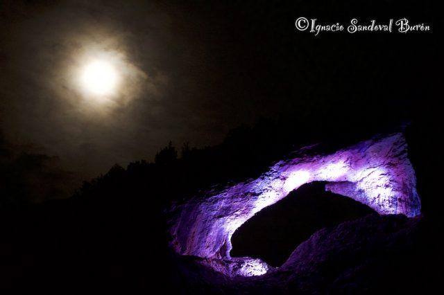 El Delfín de Rodellar nocturno e iluminado