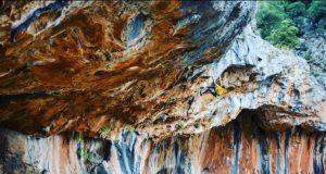 Alex Megos escalando en Leonidio
