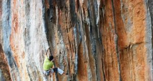 Dani Andrada escalando en Leonidio