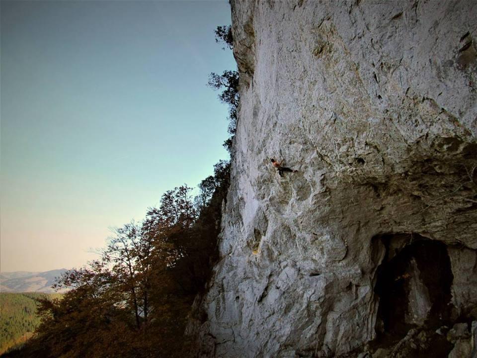 Iban Larrion escalando en Sagasta