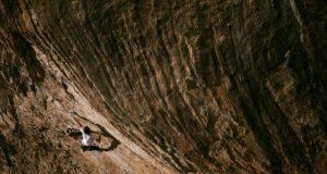Stefano Carnati escalando en Margalef