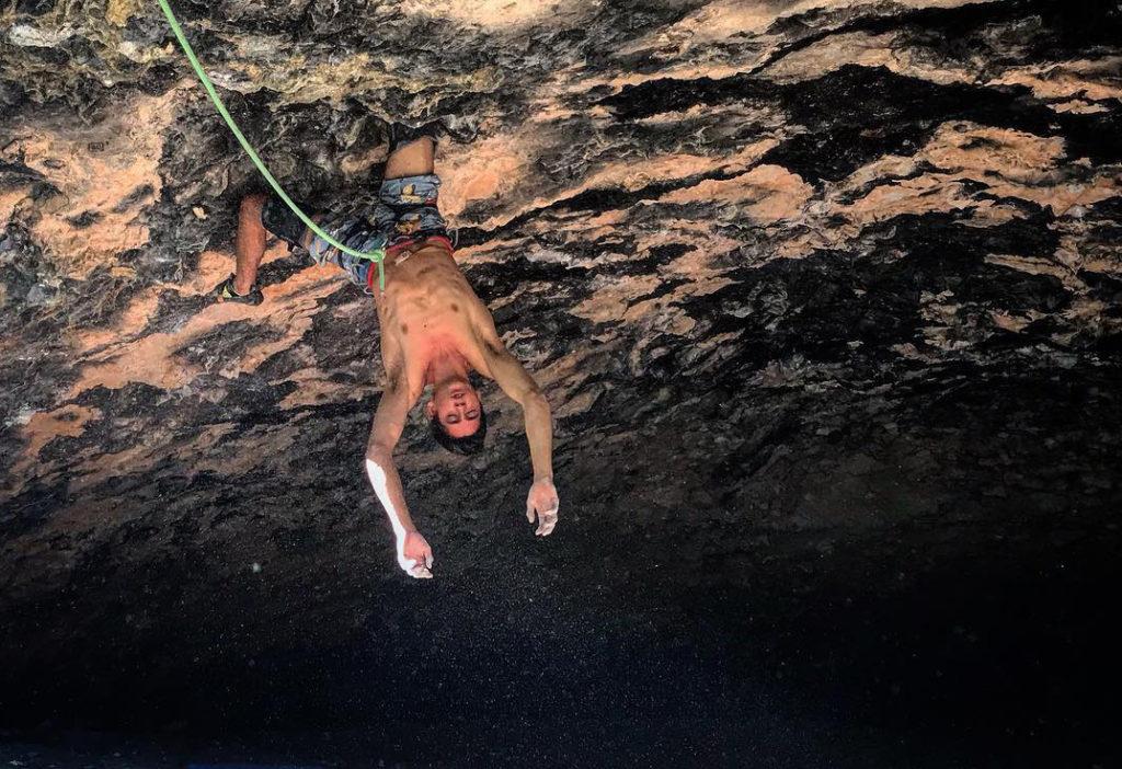 Piotr Schab escalando en Rodellar