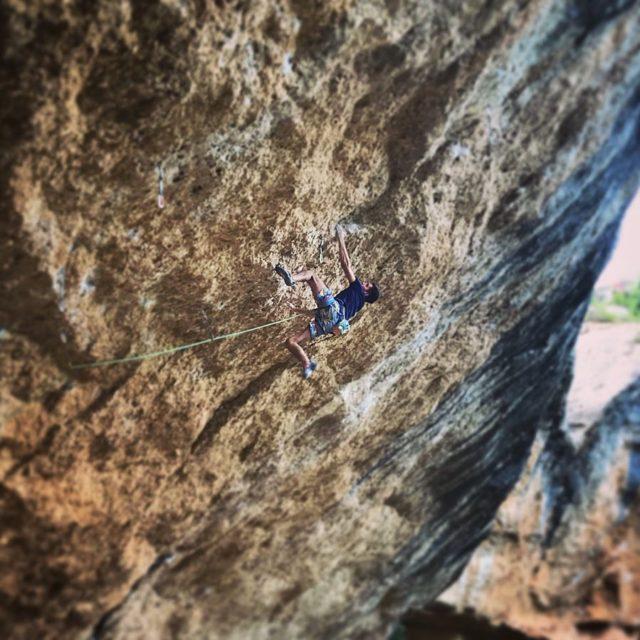 Piotr Schab escalando en Margalef
