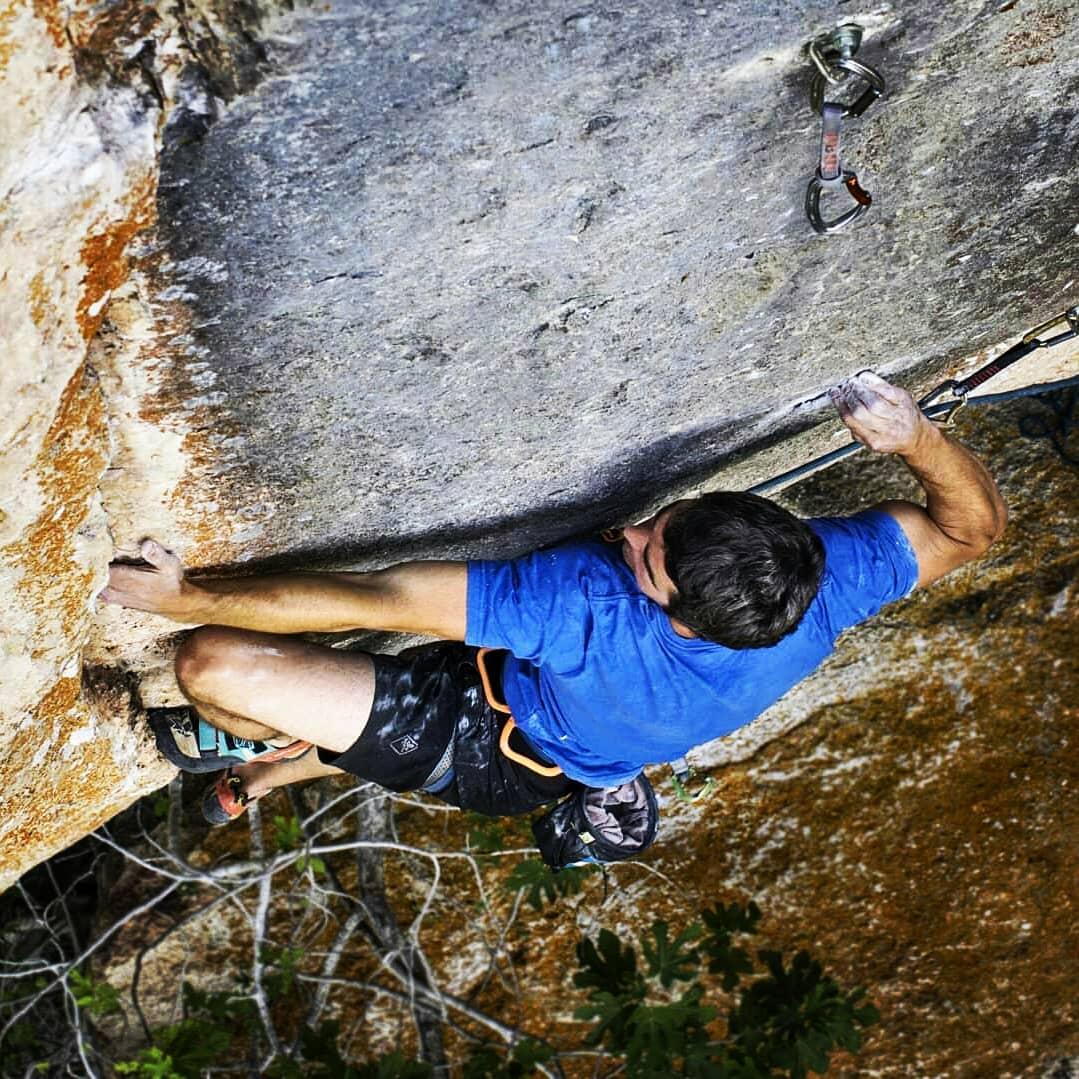 Oriol Salvadó escalando en Siurana