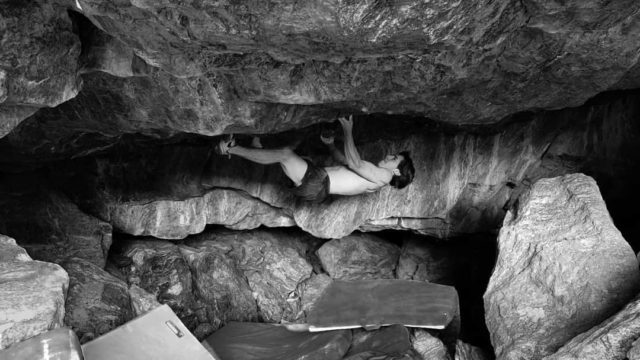 Shawn Raboutou haciendo boulder