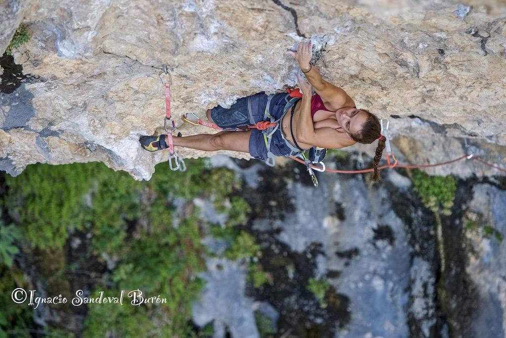 Marta Palou escalando 'Florida' 8c en La Surgencia de Rodellar