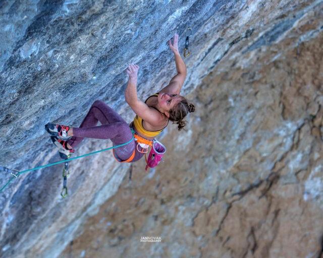 Margo Hayes escalando en Oliana