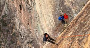 Brad Gobright rapelando en Rainbow Wall