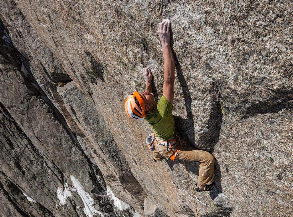 Cédric Lachat escalando en Chamoix