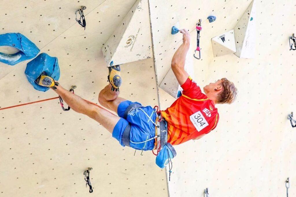 Mikel Linacisoro en una competición de escalada