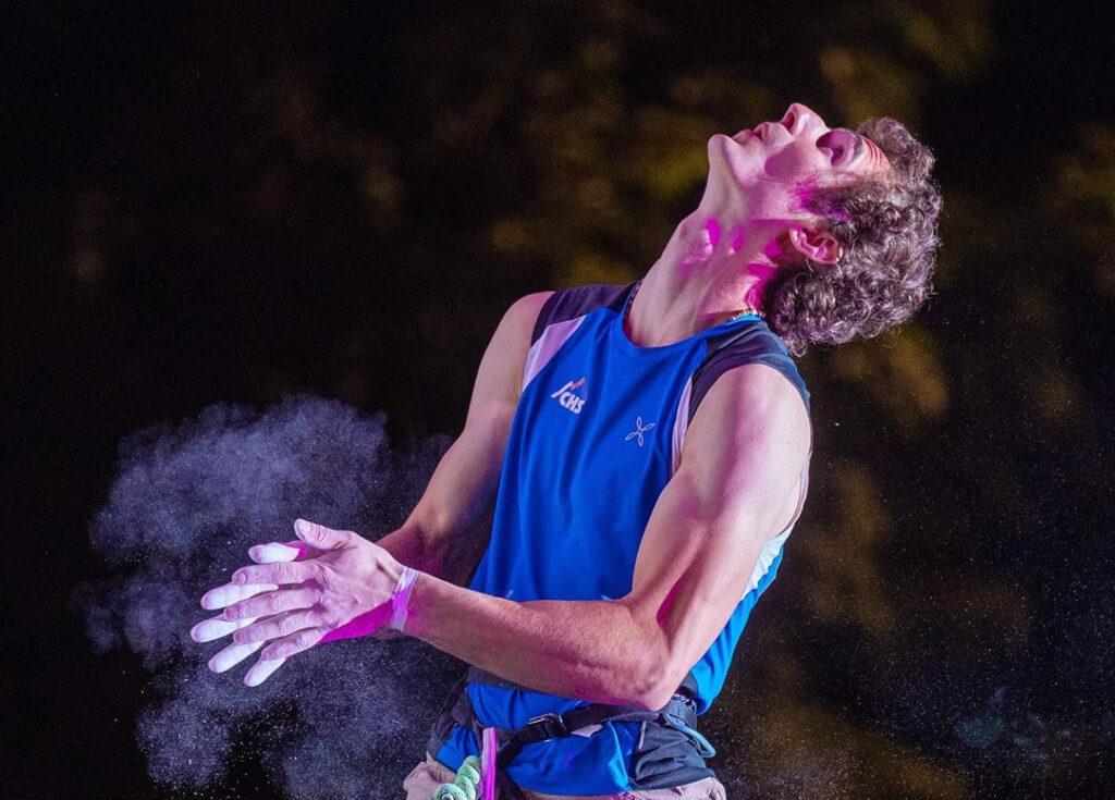 Adam Ondra en una competición