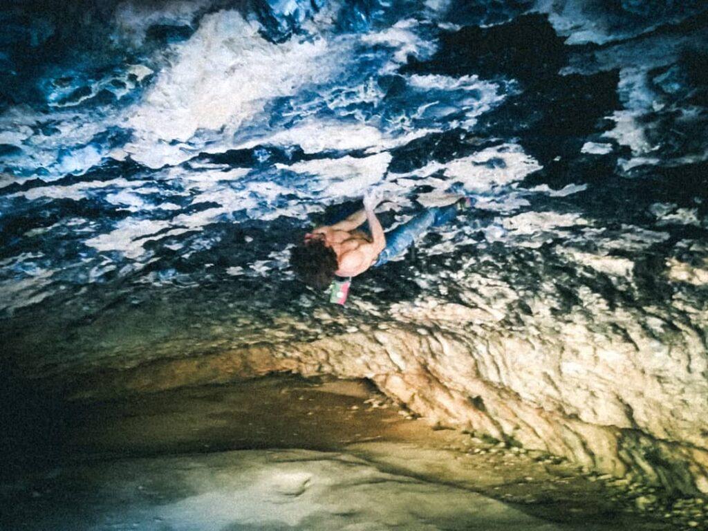 Alex Garriga escalando en la cueva de Alí Babá