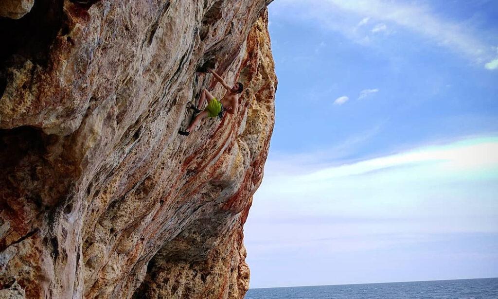 Pol Roca haciendo psicobloc en Mallorca