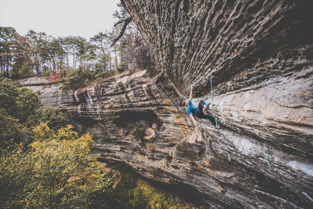 Colin Duffy escalando en Red River Gorge