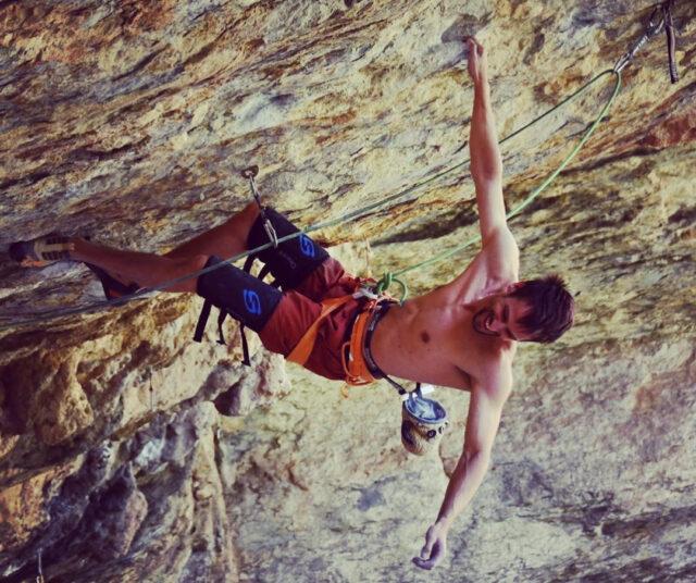 Romain Schieber escalando en Sant Miquel del Fai
