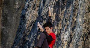 Lluc Macià escalando en Oliana