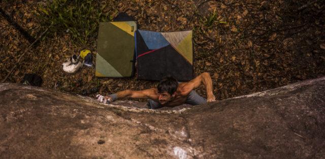Jaume Garcia haciendo boulder en Honduras