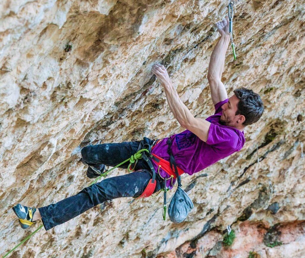 Stefano Ghisolfi escalando en Santa Linya