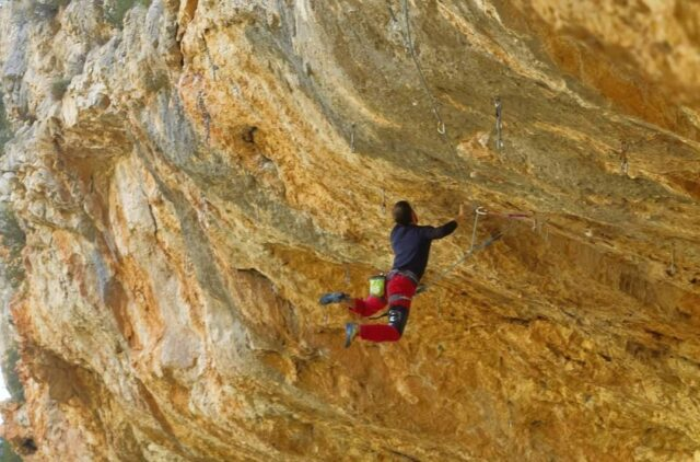 Jonathan Guadalcázar escalando en Crevillente