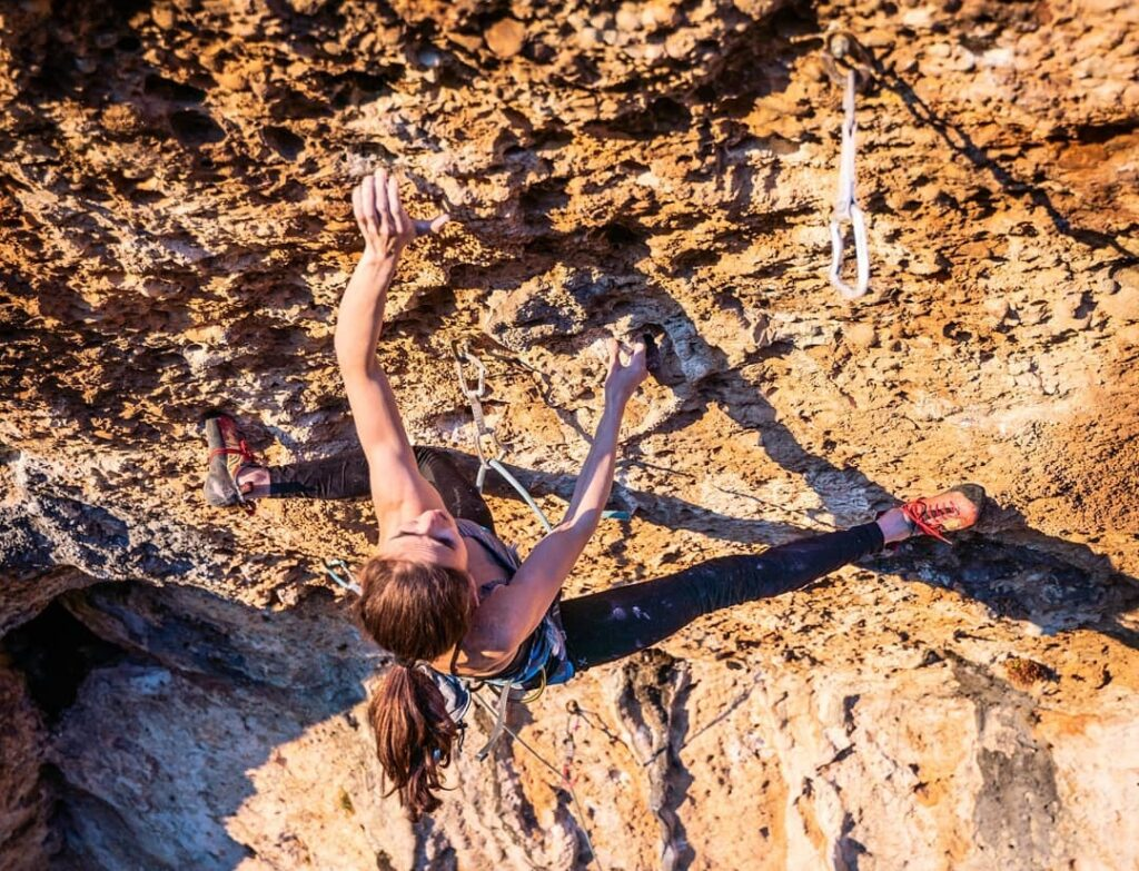 Laura Rogora escalando en Margalef la vía 'La Bongada' 9a