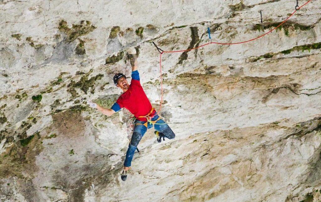 Edu Marín escalando en el gran arco de Getu