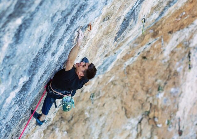 Piotr Schab escalando en Oliana