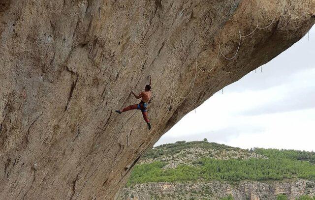 Jonatan Flor escalando en Cuenca