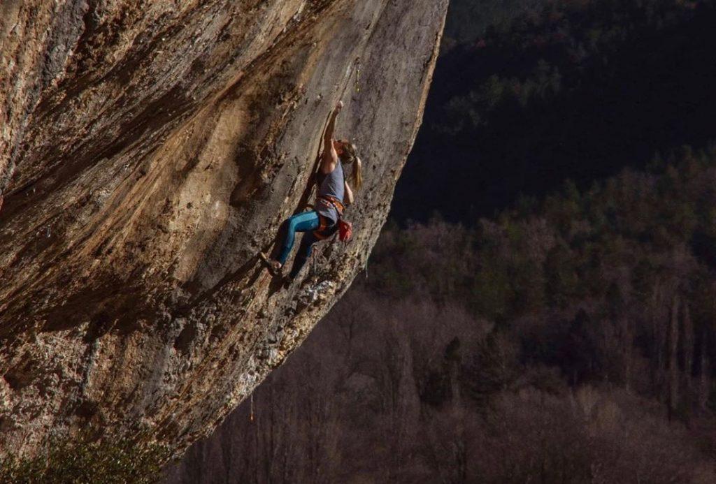 Julia Chanourdie escalando en Saint-Léger-du-Ventoux