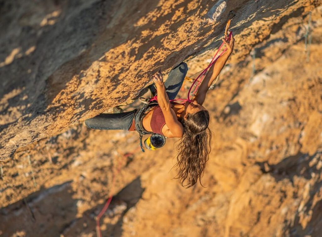 Daila Ojeda escalando en Oliana