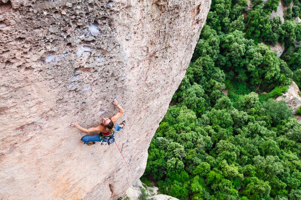 Escalando la vía 'Lourdes' 8b en Montserrat