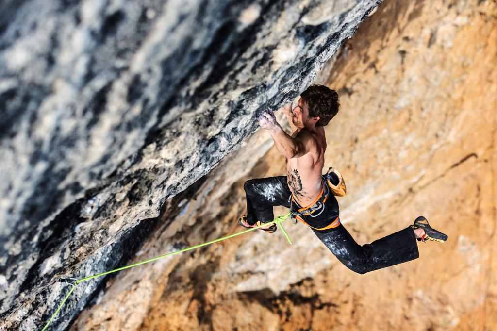 Joe Kinder escalando en Oliana