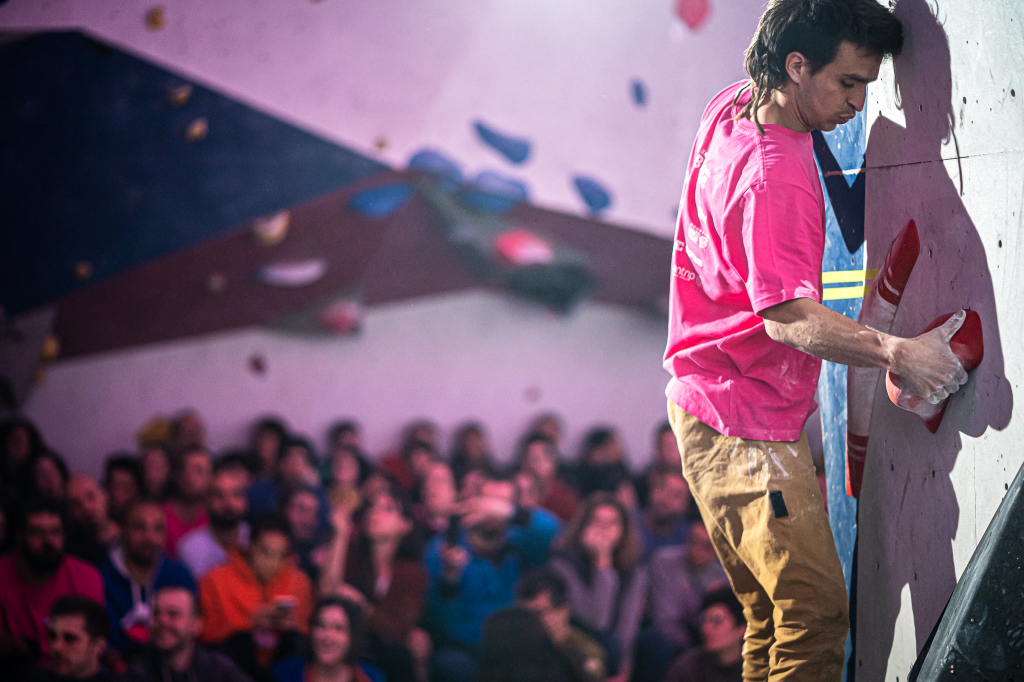 Chevy Crespo compitiendo en la Batec Boulder Party 2020