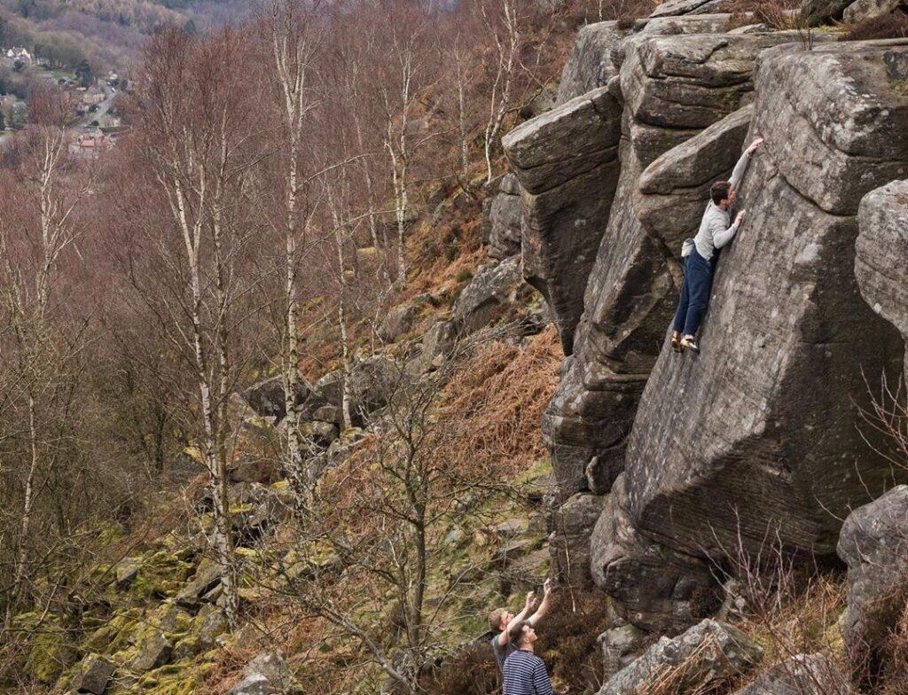 Jim Pope haciendo boulder en el Peak District