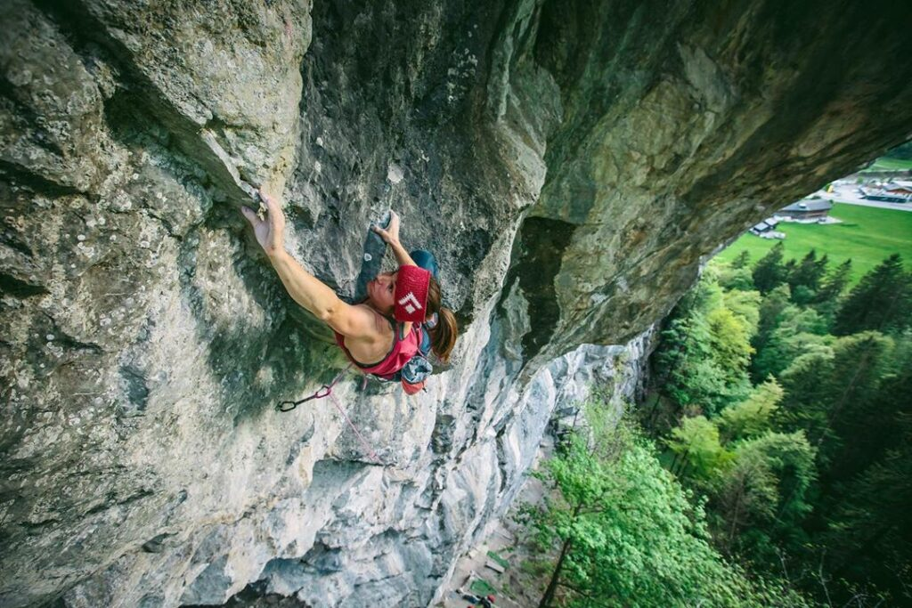Barbara Zangerl escalando la vía Instructor