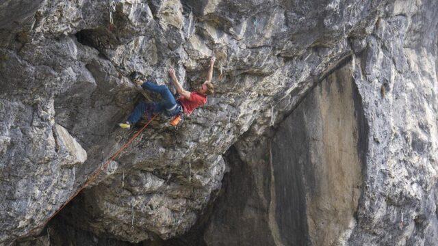 Jakob Schubert escalando en Austria