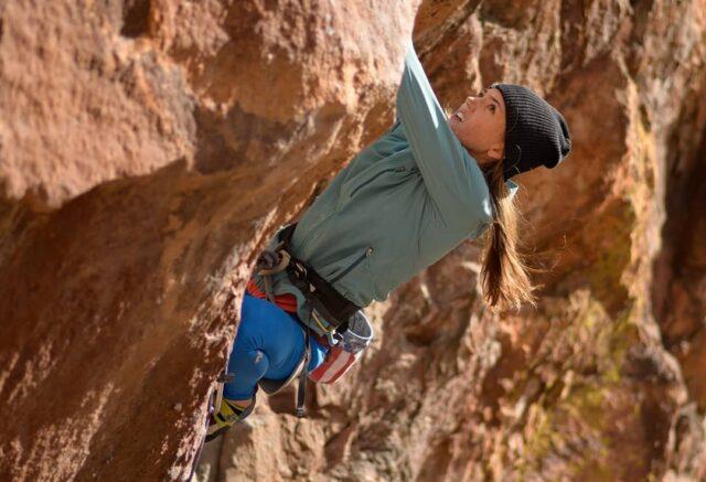 Paige Claassen escalando en el sector Industrial Wall