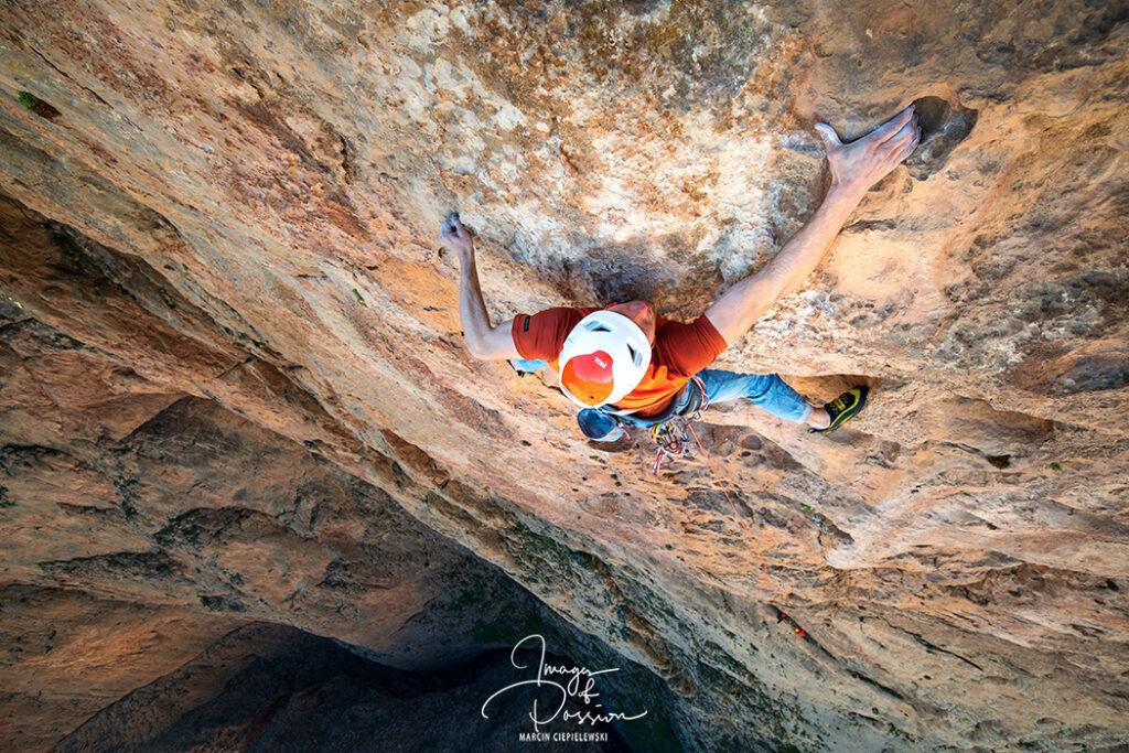 Gabriel Korbiel escalando en Taghia