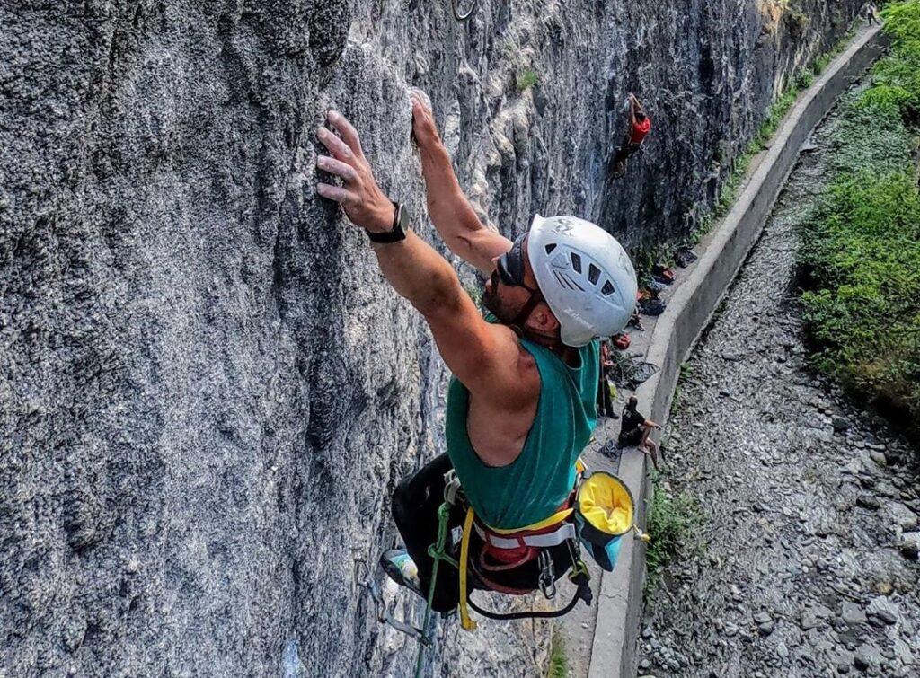 Javier Aguilar escalando en Los Cahorros