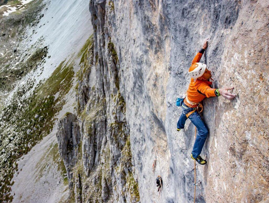 Cédric Lachat escalando Wogü