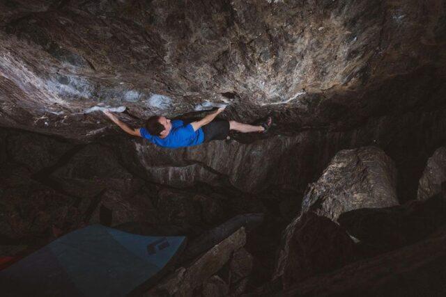 Carlo Traversi haciendo boulder en RMNP