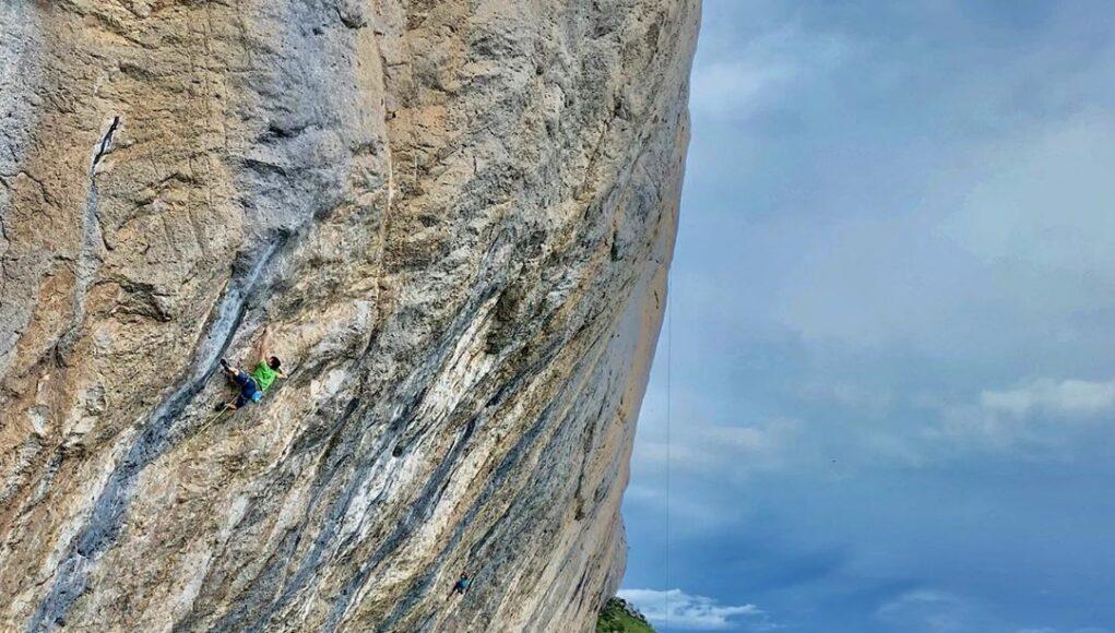 Stefano Carnati escalando en Céüse