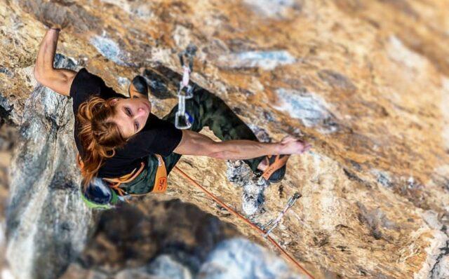 Mina Markovic escalando
