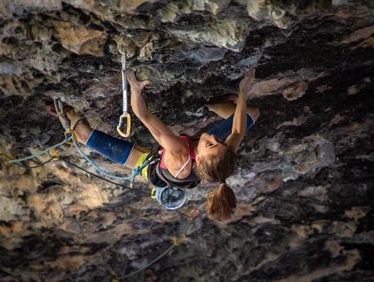 Laura Rogora escalando en la Cueva de Alí Babá