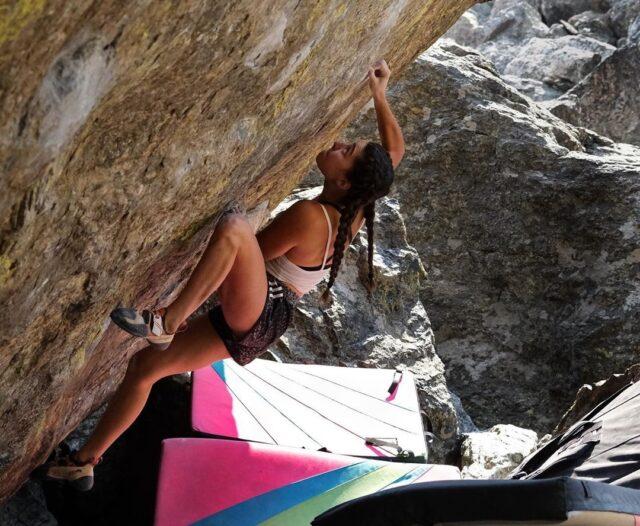 Brooke Raboutou haciendo boulder en RMNP